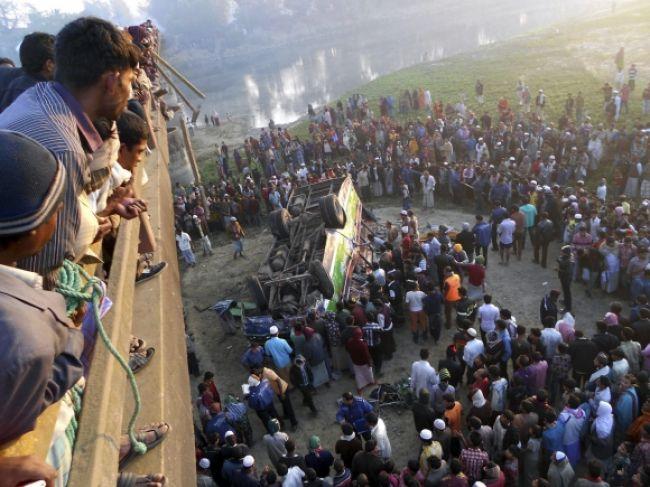 Autobusovú nehodu v Bangladéši neprežilo najmenej 17 ľudí