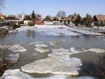Obce bojujú s topiacim sa snehom, hrozia povodne