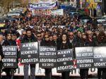 Gréci v uliciach chcú odchod vlády, polícia zasahuje plynom