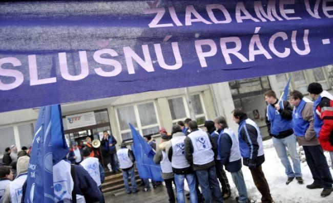 Stovka autobusárov protestovala pred sídlom SAD v Trenčíne