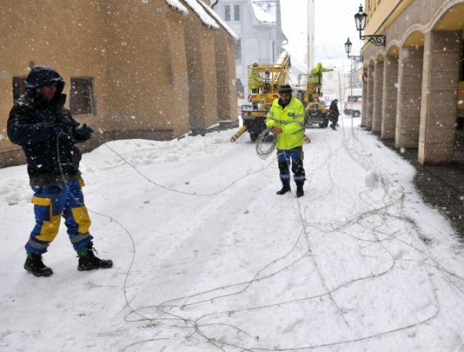 Bez elektriny sú na východe stále tisícky odberateľov