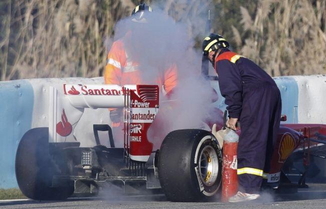 Pedro De la Rosa musel zutekať z horiaceho Ferrari