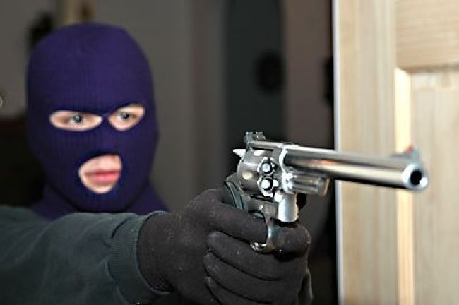 Lupič za bieleho dňa so zbraňou prepadol poštu pri Pezinku