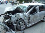 Spolujazdkyňa strhla volant vodičovi, nabúrali do domu