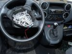 Zlodeji poškodili autá a odcudzili airbagy