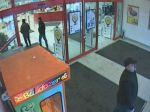 Muž ukradol platobné karty, vytiahol z nich veľké sumy