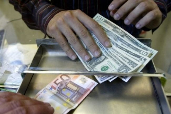 Euro oslabilo voči jenu aj doláru