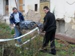 Expolicajt zastrelil susedov, nechceli mu predať cestu