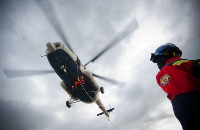 Po vážnej nehode auta s kamiónom zasahoval vrtuľník