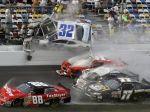 Video: Hororový úvod NASCAR, trosky auta vleteli do divákov