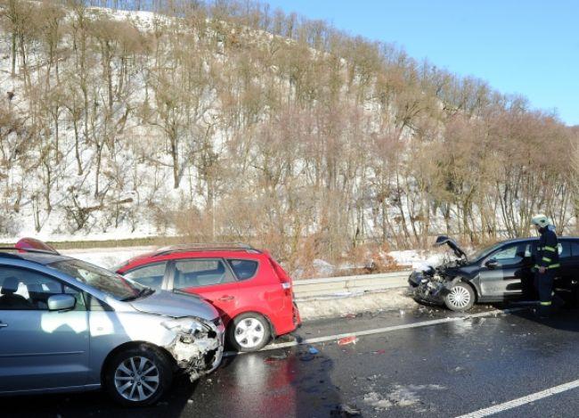 Pri Svidníku sa zrazilo päť áut, ľudia ostali zakliesnení