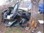 Auto narazilo do stromu, zomreli v ňom dvaja ľudia