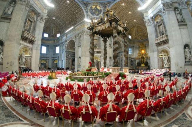 Pápeža na prvý raz nezvolili, z komína stúpal čierny dym