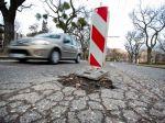 Komunálni poslanci v Bratislave rokujú o boji s výtlkmi