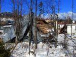 Situácia v Tatrách je vážna, vietor strhol strechu z budovy