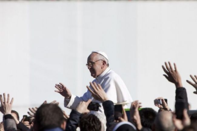 Video: Pápež František sa ujal Petrovho stolca