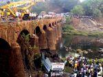 V Indii sa z mosta zrútil autobus, zahynulo 32 ľudí