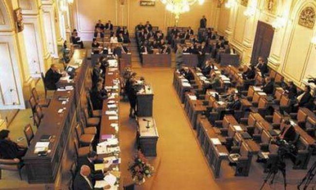 Českí poslanci stratia doživotnú imunitu, zrušili si ju