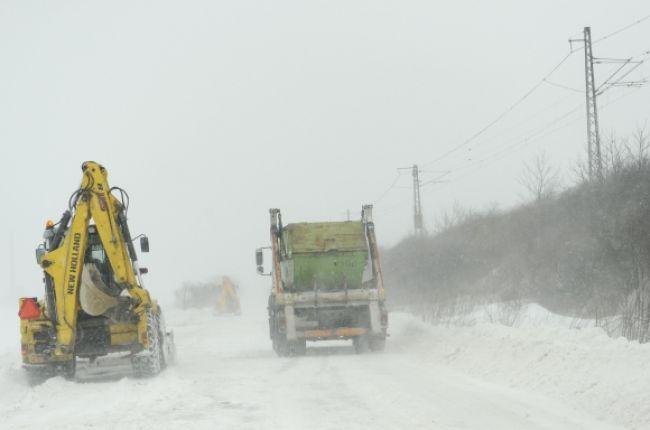 Sneh opäť komplikuje dopravu, cez Donovaly kamióny neprejdú