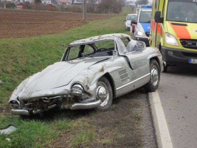 Mechanik na testovacej jazde rozbil vzácny Mercedes 300 SL
