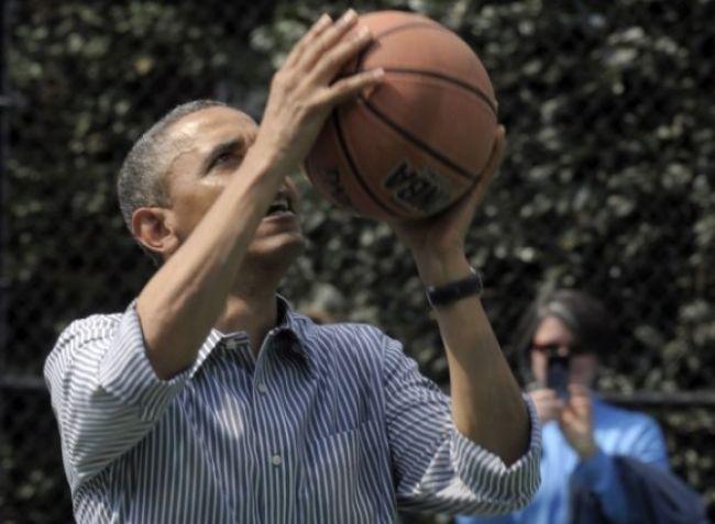 Video: Barack Obama je slabý basketbalista, porazili ho deti