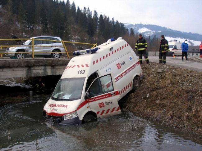 Vodič sanitky narazil do osobného auta a skončil v potoku