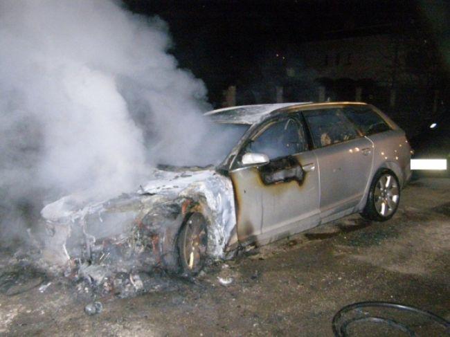 Obrazom: V Chtelnici horelo Audi, požiar vyšetruje polícia