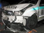 Pri zrážke policajného auta s Peugetom sa zranili dvaja muži