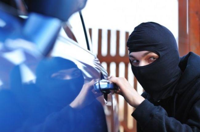 Zlodejom sa firme podarilo ukradnúť peniaze a dve autá