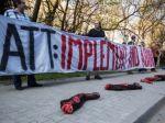Slováci protestovali s odtrhnutými nohami proti zbraniam