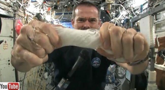 Video: Čo sa stane s mokrou handrou vo vesmíre