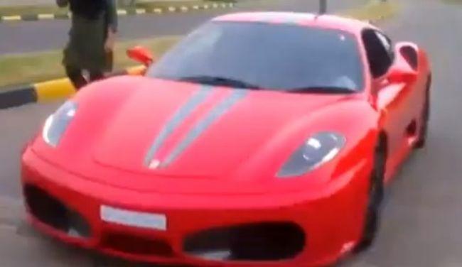 Video: Deväťročné dieťa šoféruje Ferrari
