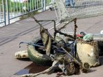 Pri čistení jazera Kuchajda našli kočík i pneumatiku