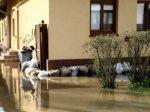 Cesty, záhrady a dvory po búrke v Očovej zalialo bahno