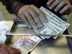 Euro aj japonský jen klesli voči doláru