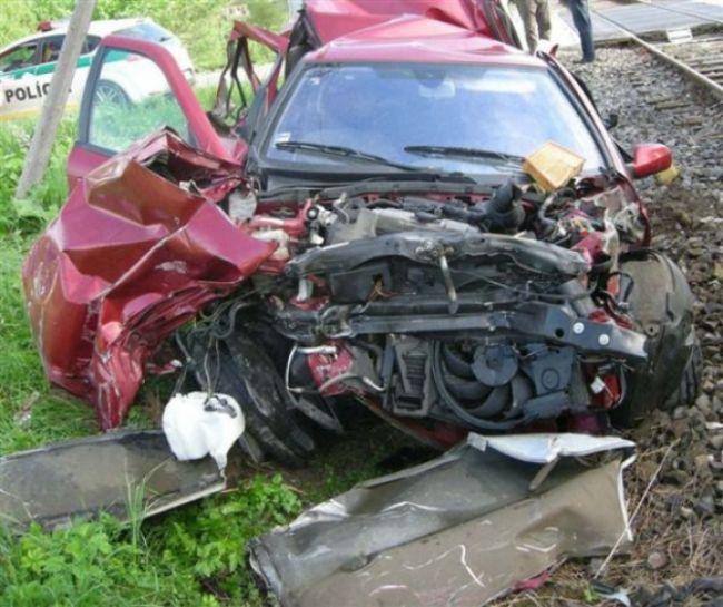 Takto skončilo auto po zrážke s vlakom