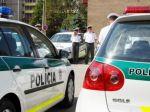 Policajtov ocenili za záchranu života a dolapenie lupiča