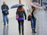 Slováci vyťahujú dáždniky, na mnohých miestach bude pršať