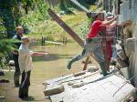 Devín po povodniach upratujú bezdomovci aj nezamestnaní