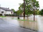 Voda v regiónoch podmyla cestu a zaplavila obec