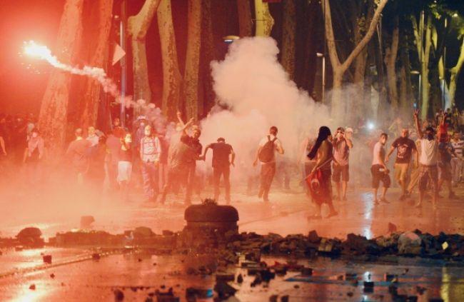 Demonštrácie v Istanbule neutíchajú, polícia tvrdo zasiahla