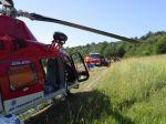 Vodič pri nehode dopadol na peň stromu, zasahoval vrtuľník