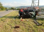 Pri autonehode vymrštilo mladého muža do elektrického stĺpa