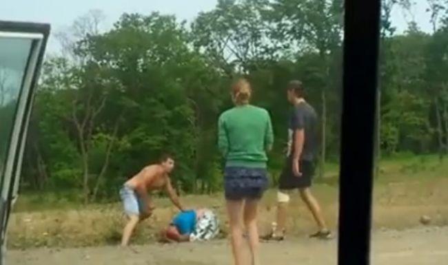 Video: Agresívny vodič dostal bitku pri krajnici