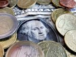 Dolár posilnil voči euru a jenu