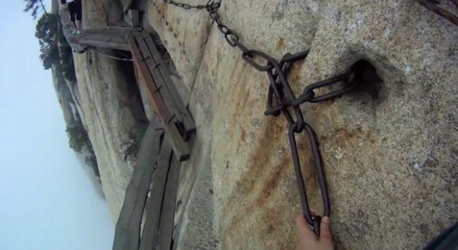 Video: Najnebezpečnejší chodník sveta