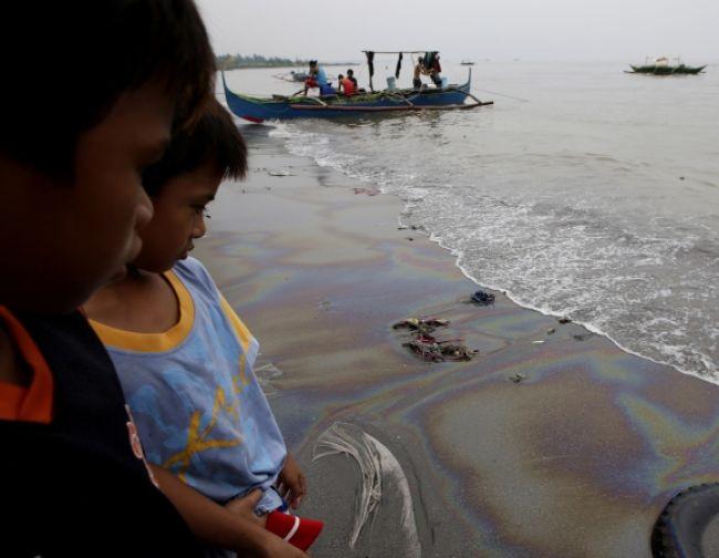 Do Manilského zálivu sa vylialo pol milióna litrov nafty