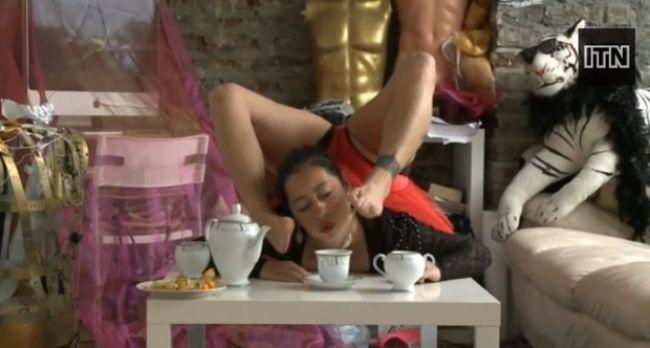 Video: Telo ako z gumy, servíruje aj čaj nohami