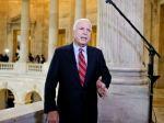 McCain na portáli komunistického denníka zaútočil na Putina