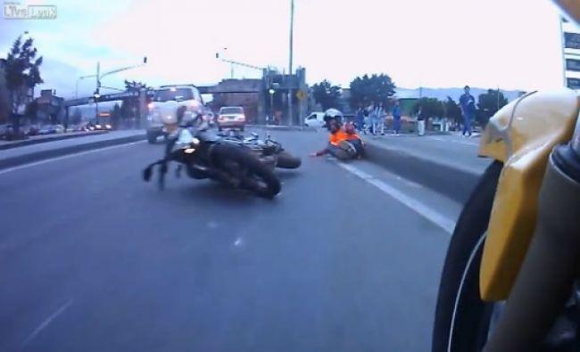 Video: Motorka vs. automobil